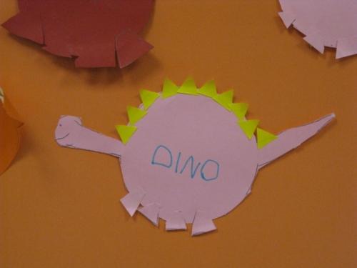 Con cartulina y pegatinas han hecho a dino, el dinosaurio tímido.